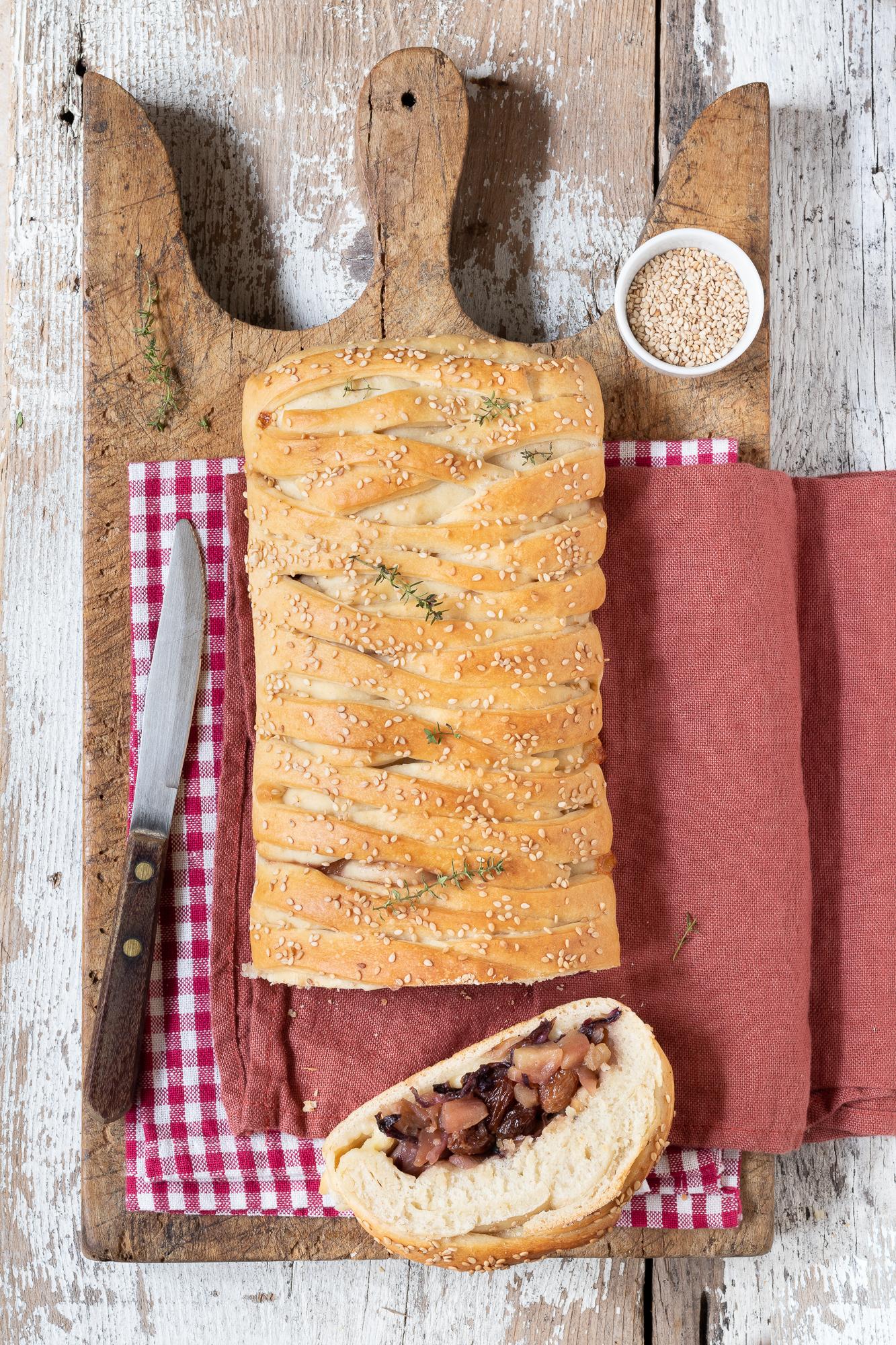 strudel di pane con mele, radicchio e brie